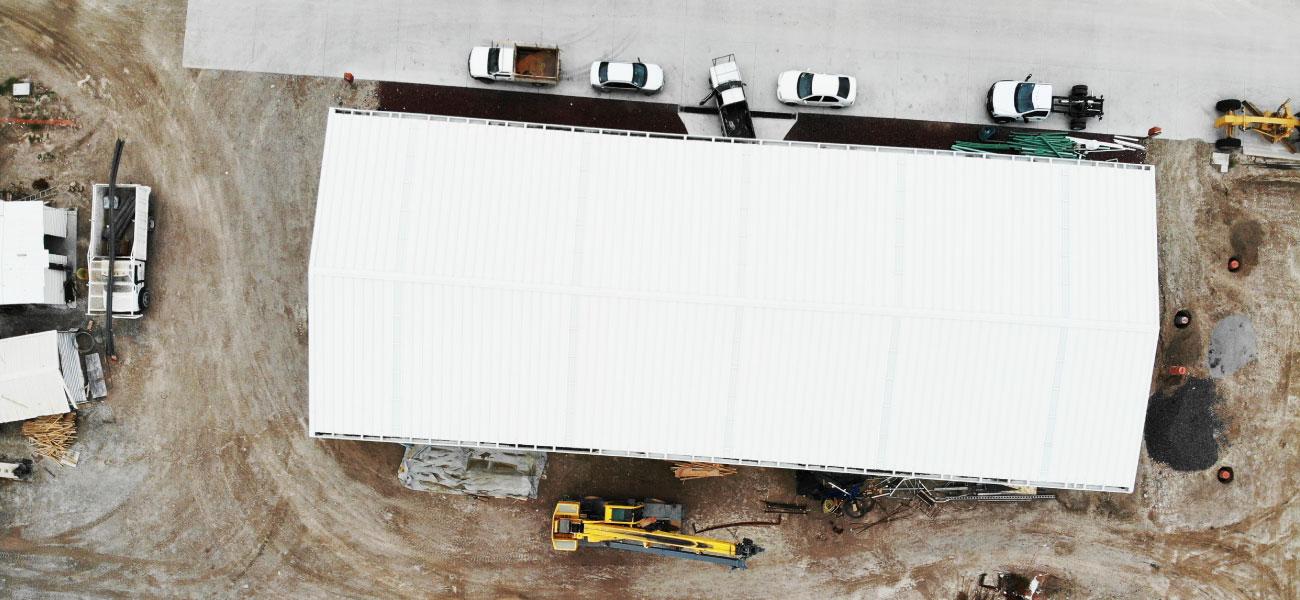muro-techo-bodega-muebles-tierra-y-metal