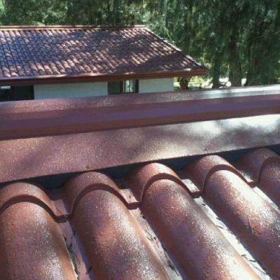 panel-tipo-teja-material-tierra-y-metal